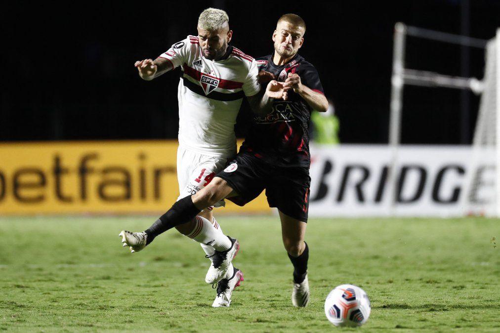 Francisco Duarte (Rentistas) disputa una pelota con Liziero (San Pablo) en el estadio Morumbí