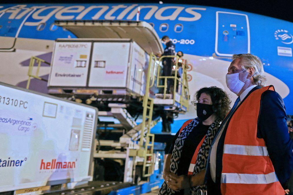 Alberto Fernández recibe cargamento de la vacuna china Sinopharm