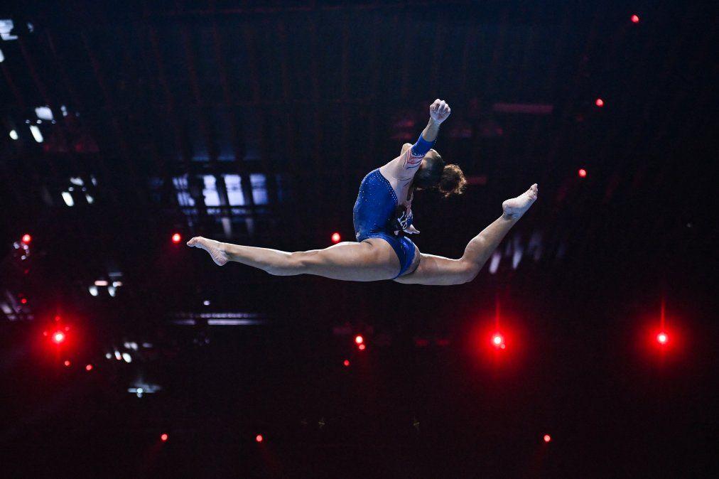 La francesa Melanie De Jesus Dos Santos compite en la final de aparatos de viga femenina del Campeonato de Europa de Gimnasia Artística de 2021 en St Jakobshalle