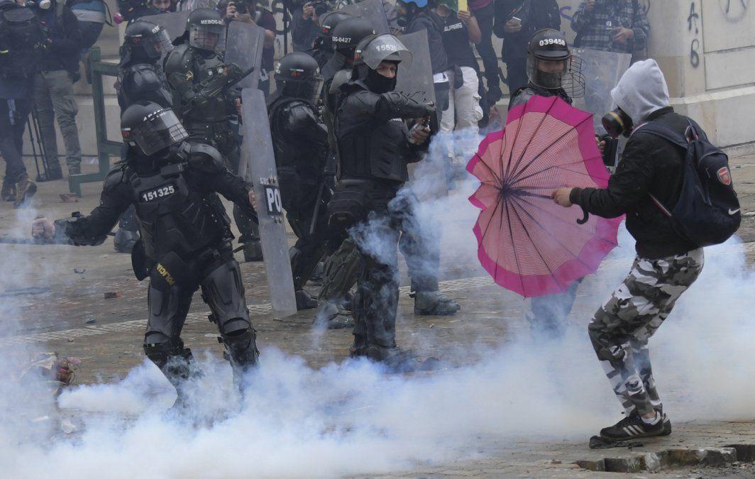 Manifestantes chocan con la policía durante una manifestación contra la reforma tributaria propuesta por el presidente colombiano Iván Duque