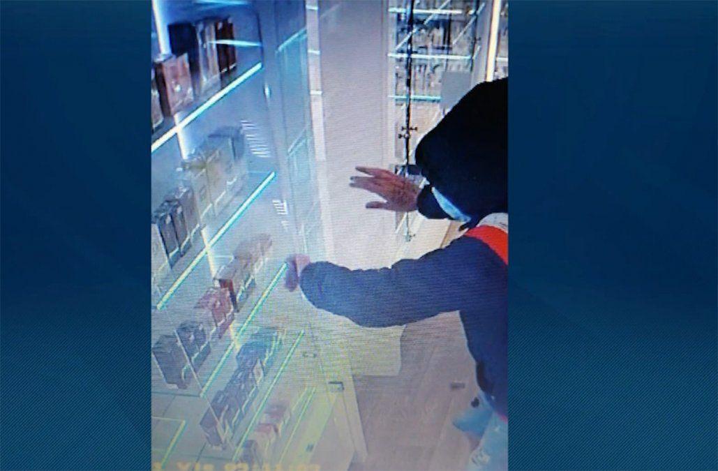 Robaron farmacia en Pocitos, se llevaron 50 fragancias importadas