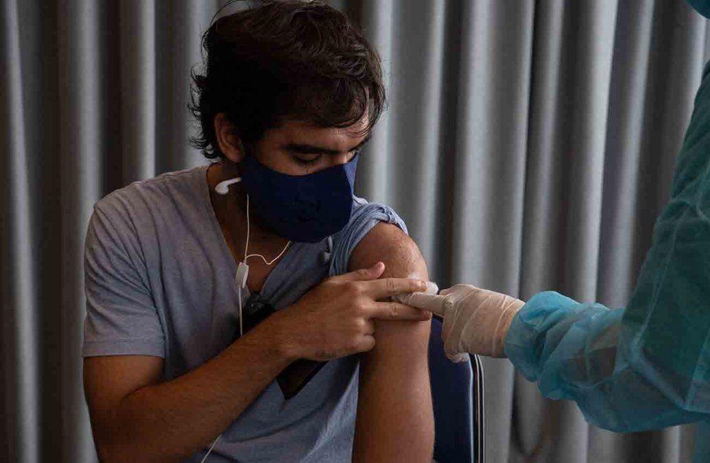 Un joven recibe su dosis de Sinovac en el Antel Arena