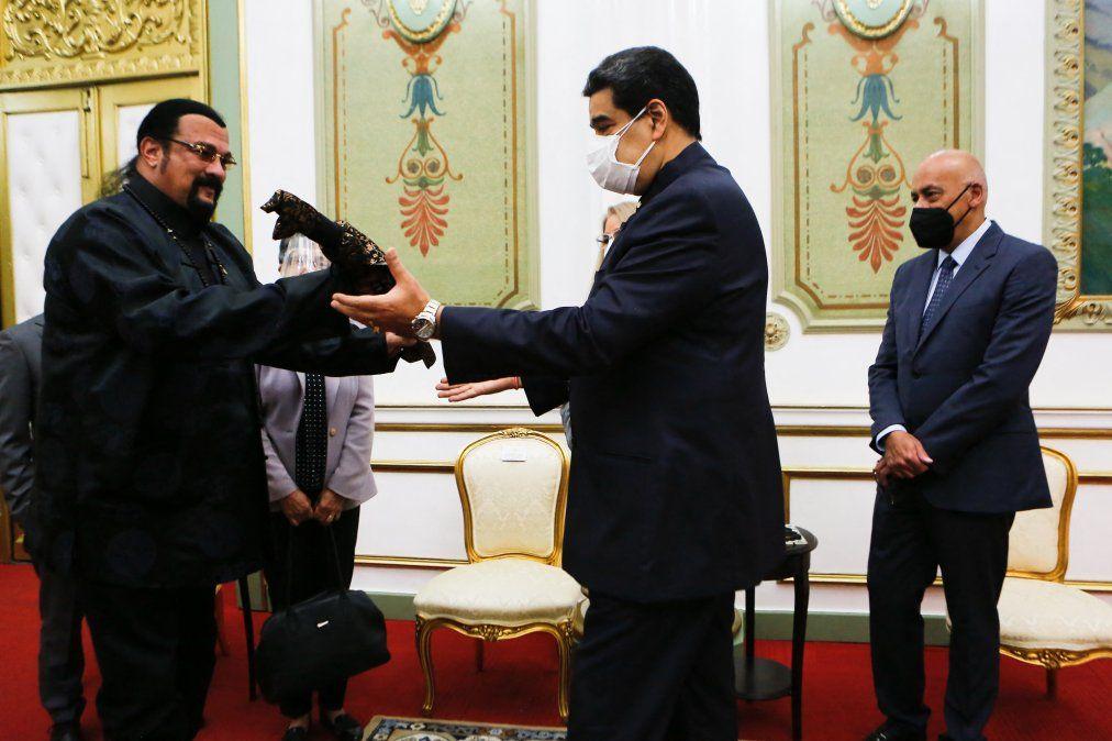 El actor y artista marcial Steven Seagal regala un sable samurái a Maduro