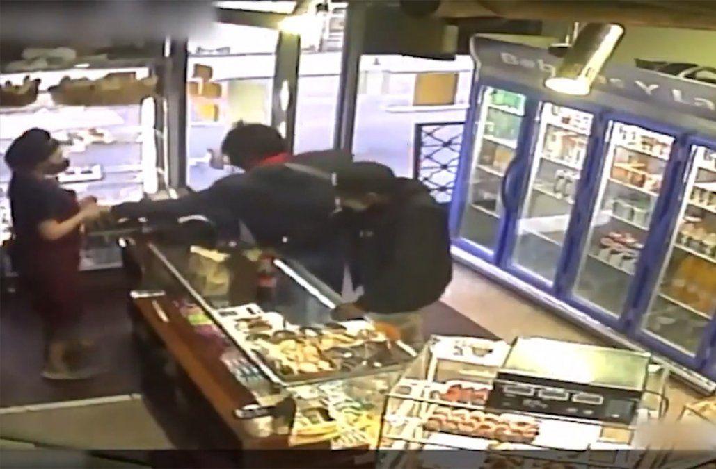 Pidieron bizcochos y robaron una panadería; los siguieron por las cámaras y fueron detenidos