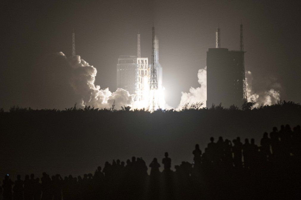 China asegura que su cohete fuera de control representa riesgo extremadamente bajo
