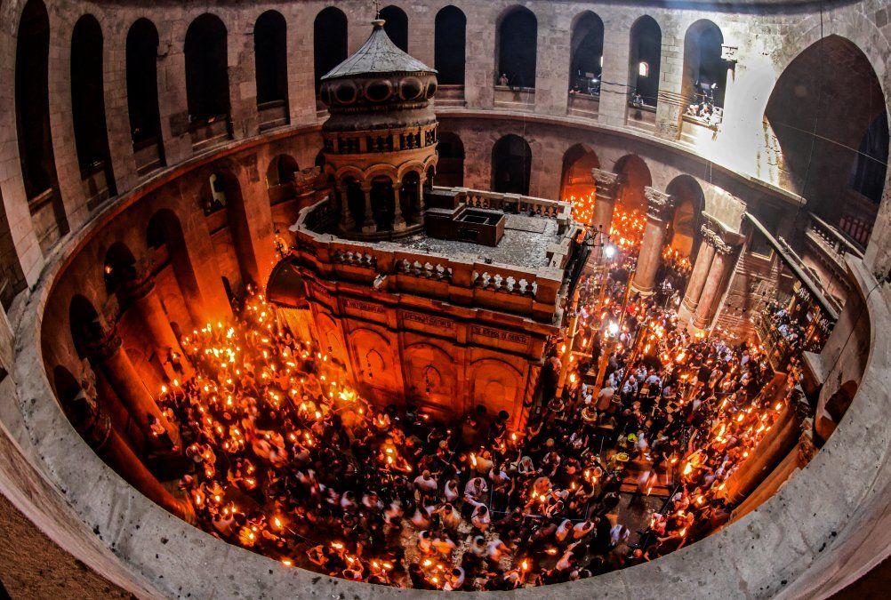 Los cristianos ortodoxos se reúnen con velas encendidas alrededor del Edículo