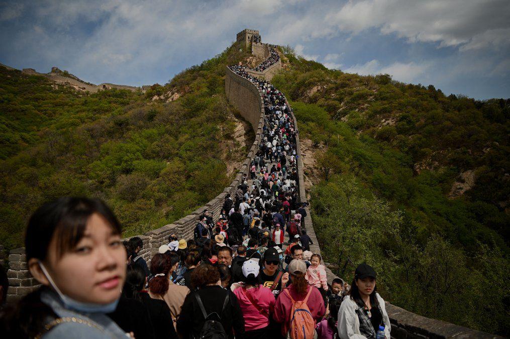 La gente visita la Gran Muralla durante las vacaciones que comenzaron con el Día de los Trabajadores en Beijing
