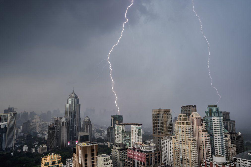 Relámpagos caen en edificios durante una tormenta eléctrica en Bangkok