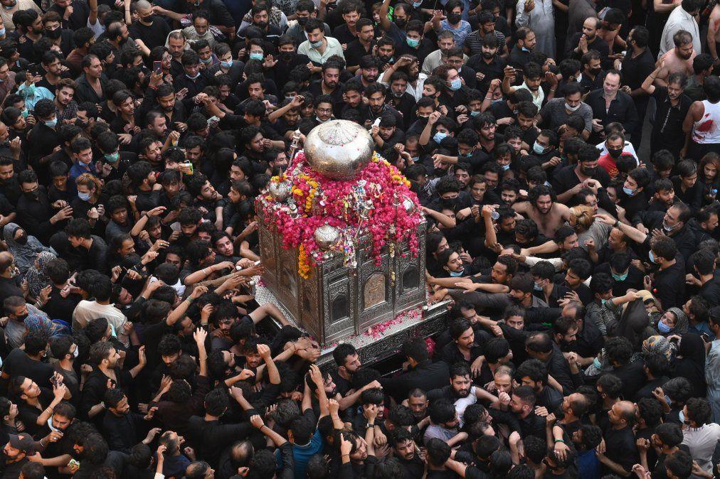 Los devotos musulmanes chiítas participan en una procesión para conmemorar el aniversario de la muerte del compañero y yerno del profeta Mahoma