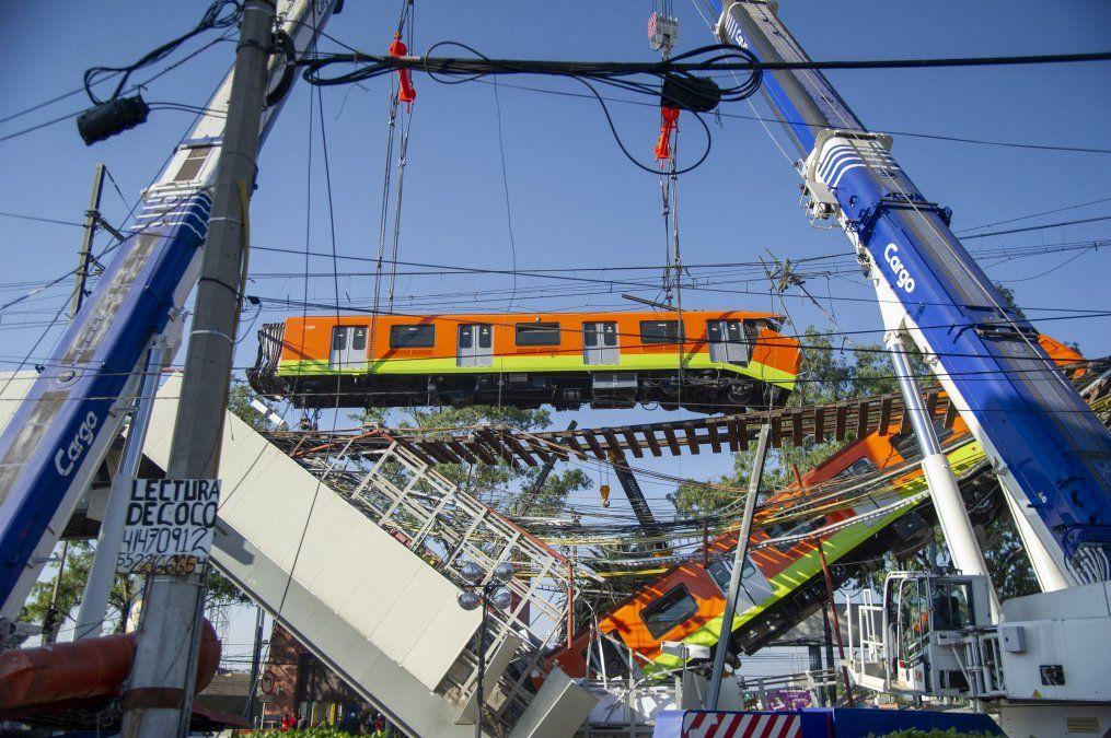 Vista del lugar de un accidente de tren después de que colapsara una línea elevada de metro en la Ciudad de México