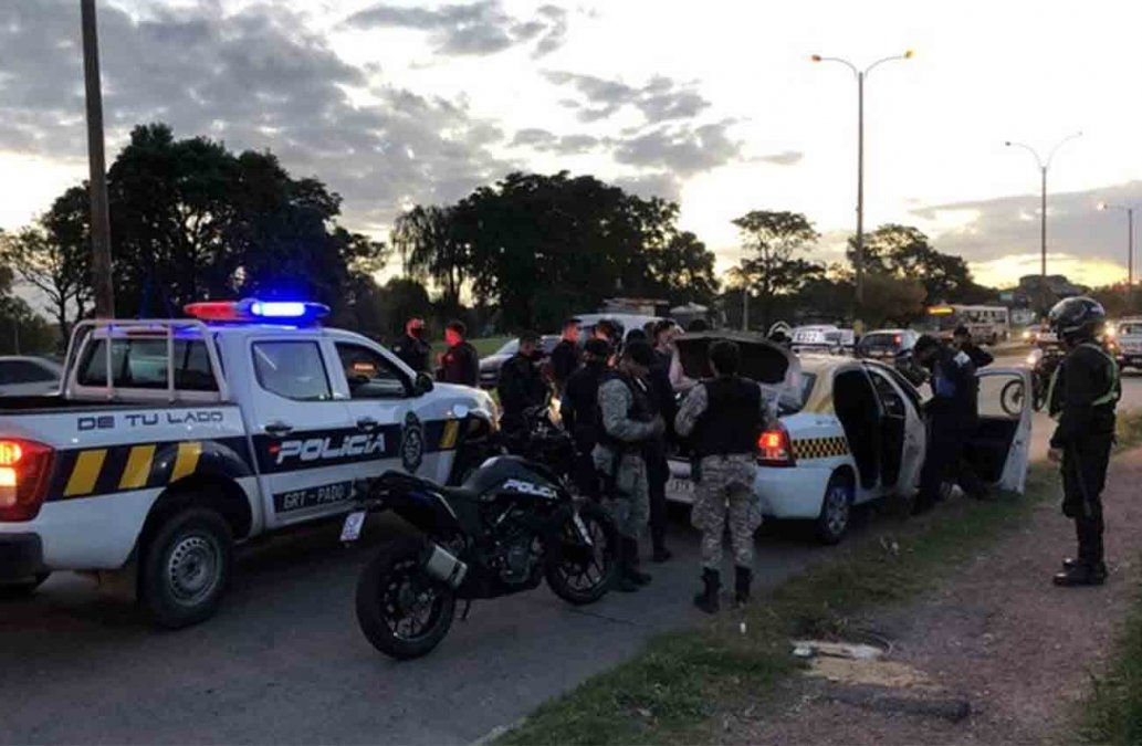 Dos delincuentes detenidos tras tirotearse con la policía desde un taxi