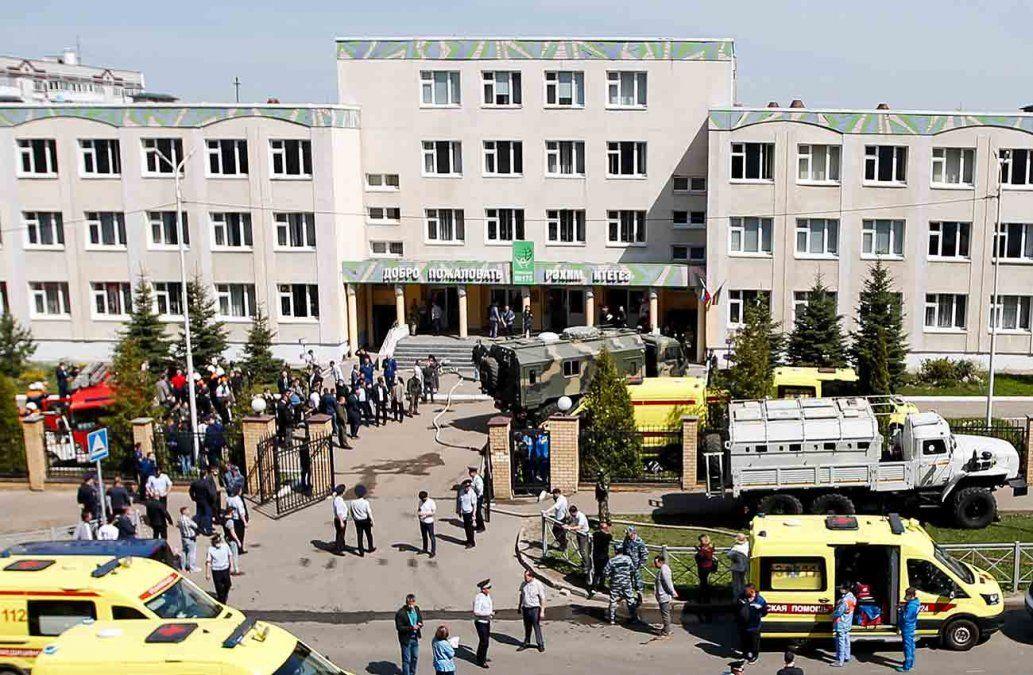 Ambulancias y fuerzas de seguridad llegan a la escuela de Rusia donde ocurrió la masacre