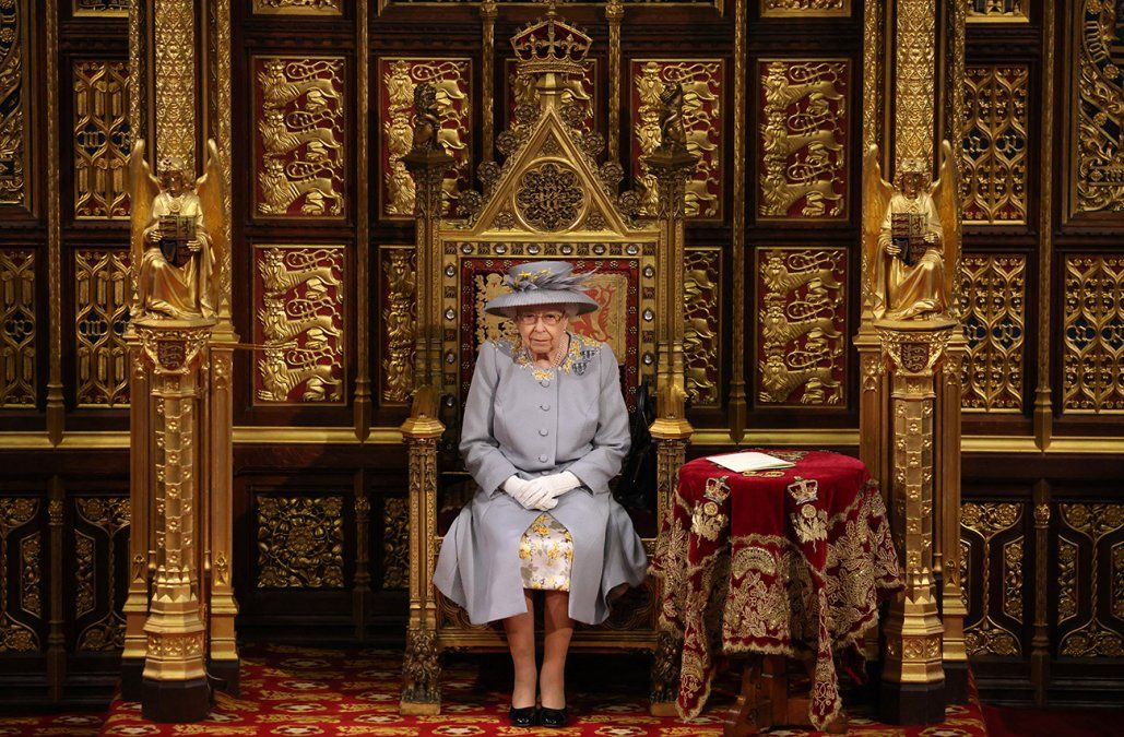 Isabel II reapareció en público tras el funeral de su esposo