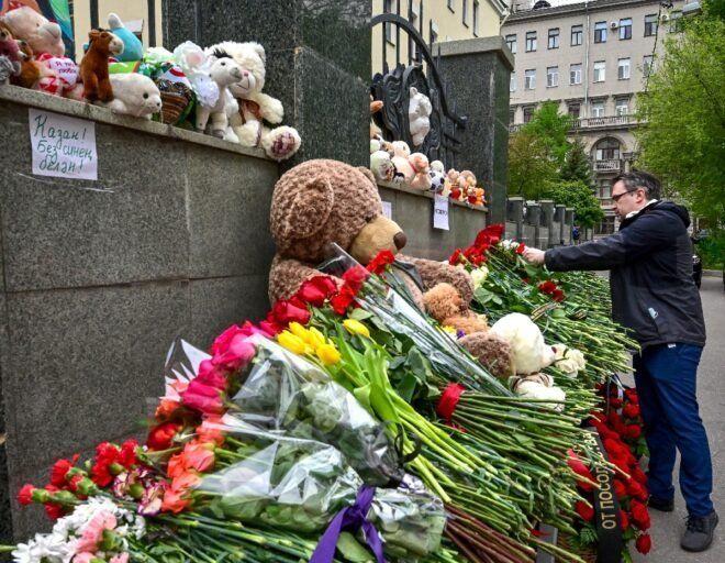 Luto y debate sobre porte de armas en el Kremlin tras matanza en escuela de Tartaristán