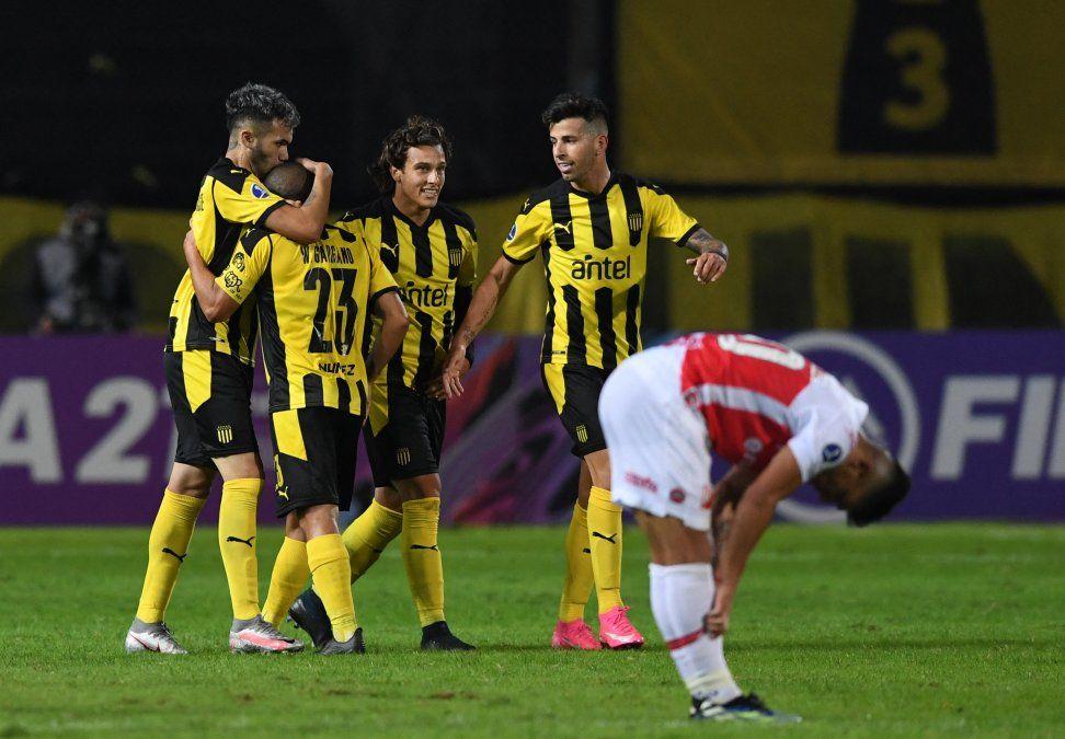 Gargano abrazado por sus compañeros en el partido ante River de Paraguay. El 23 viene cumpliendo grandes actuaciones y el equipo lo nota.