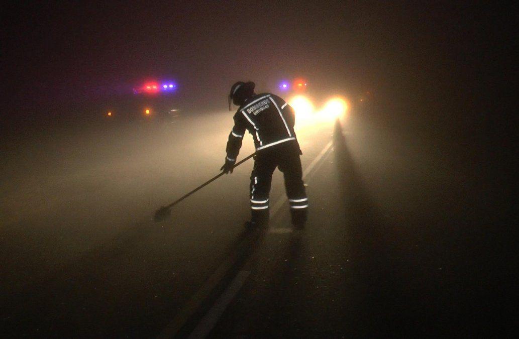Foto: bombero trabaja en el lugar tras el siniestro de tránsito.