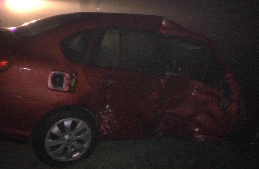 Foto: el auto impactado de costado en el lugar del siniestro de tránsito.