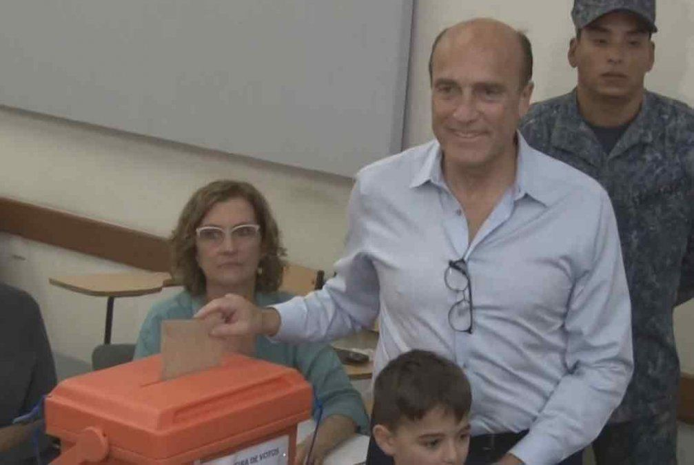 Daniel Martínez vota en el balotaje de noviembre de 2019.