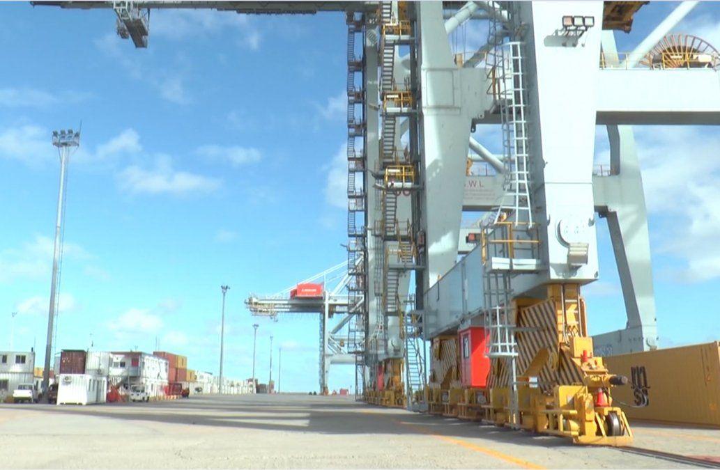 Derrumbarán de forma controlada una de las grandes grúas del puerto de Montevideo