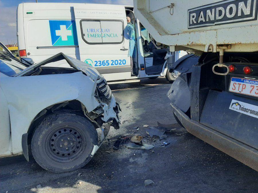 Accidente involucró a dos camiones y una camioneta y terminó con tres lesionados