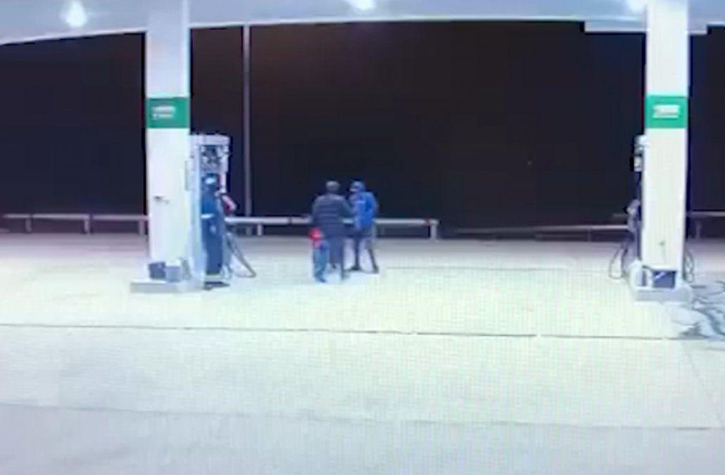 Tomaron de rehén al empleado de una estación para robar plata y una impresora