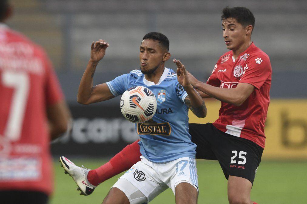 Christofer González (SC) disputa una pelota con Ramiro Cristóbal (R)
