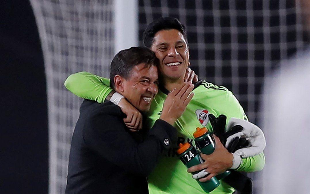 Marcelo Gallardo abraza a Enzo Pérez