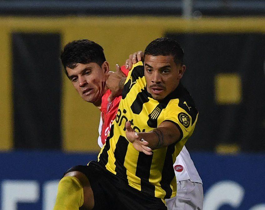Terans lucha con un jugador de River de Paraguay. ¿Será su último partido?