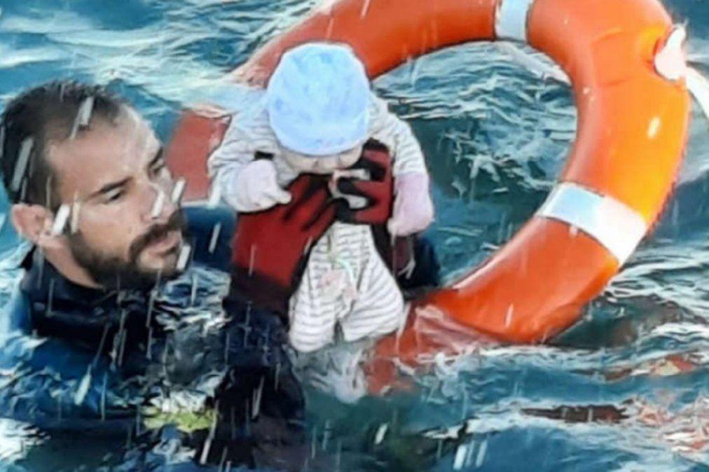 El policía de nombre Juan Francisco rescata un bebé de las aguas en Ceuta. La foto pertenece a la Guardia Civil española