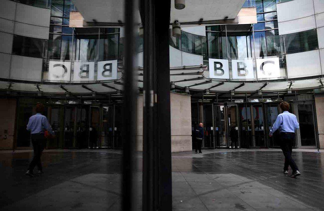 Parte de la fachada y puerta principal de la BBC en Londres