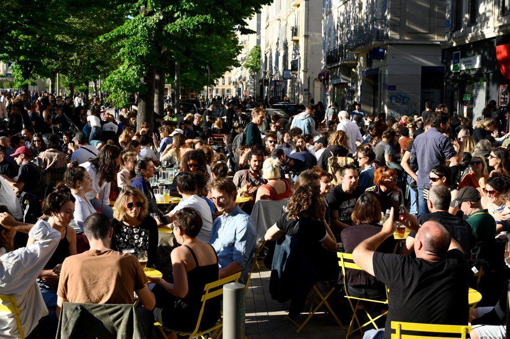 La gente se reúne en una terraza de un café en Marsella