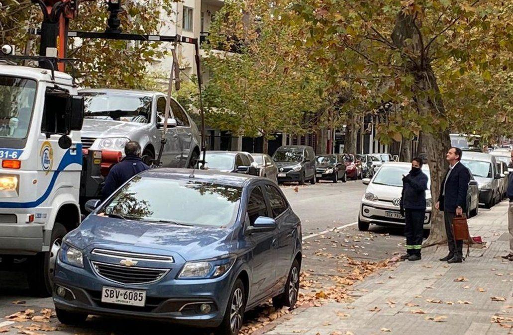 Guido Manini Ríos observa cómo se llevan su auto. (Foto viralizada en redes sociales).