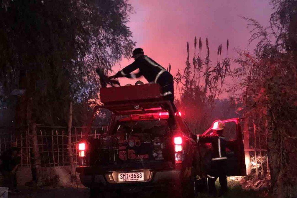 Bomberos controló un incendio de campo que se desató en el barrio Maracaná
