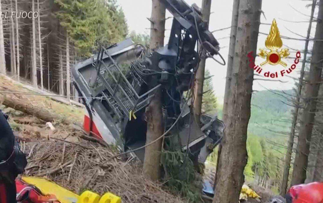Catorce muertos al caer un teleférico al borde del lago Mayor en Italia