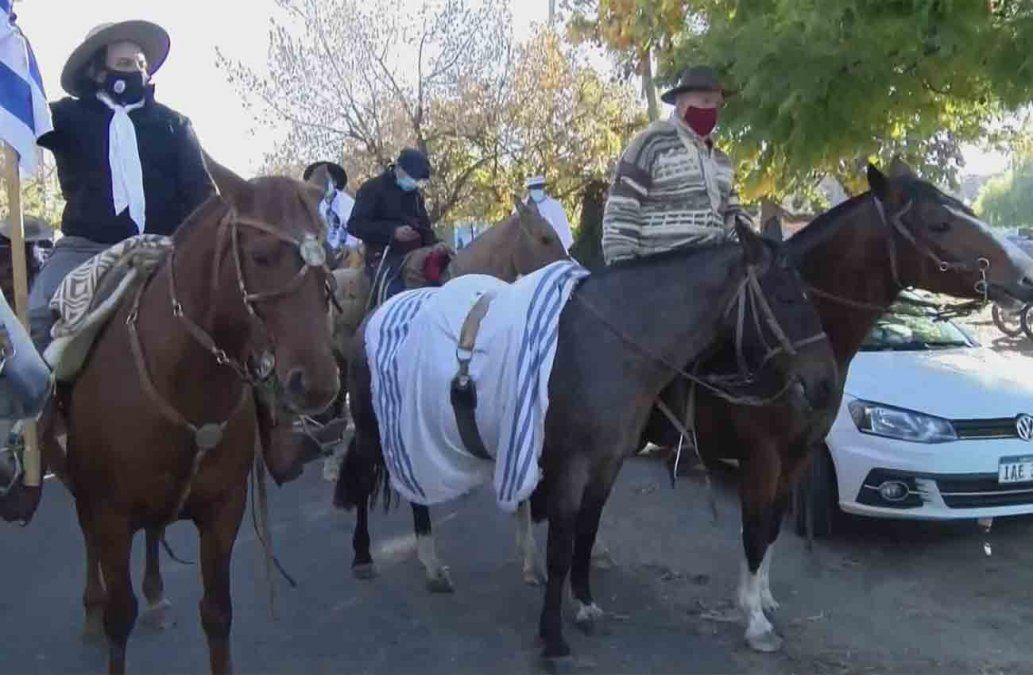 Un caballo con el poncho del Partido Nacional en representación de la ausencia de Jorge Larrañaga