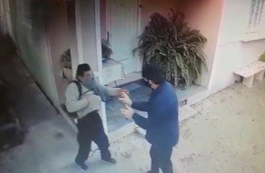 In fraganti: volvía a su casa y se topó con un ladrón que rompía una ventana para entrar
