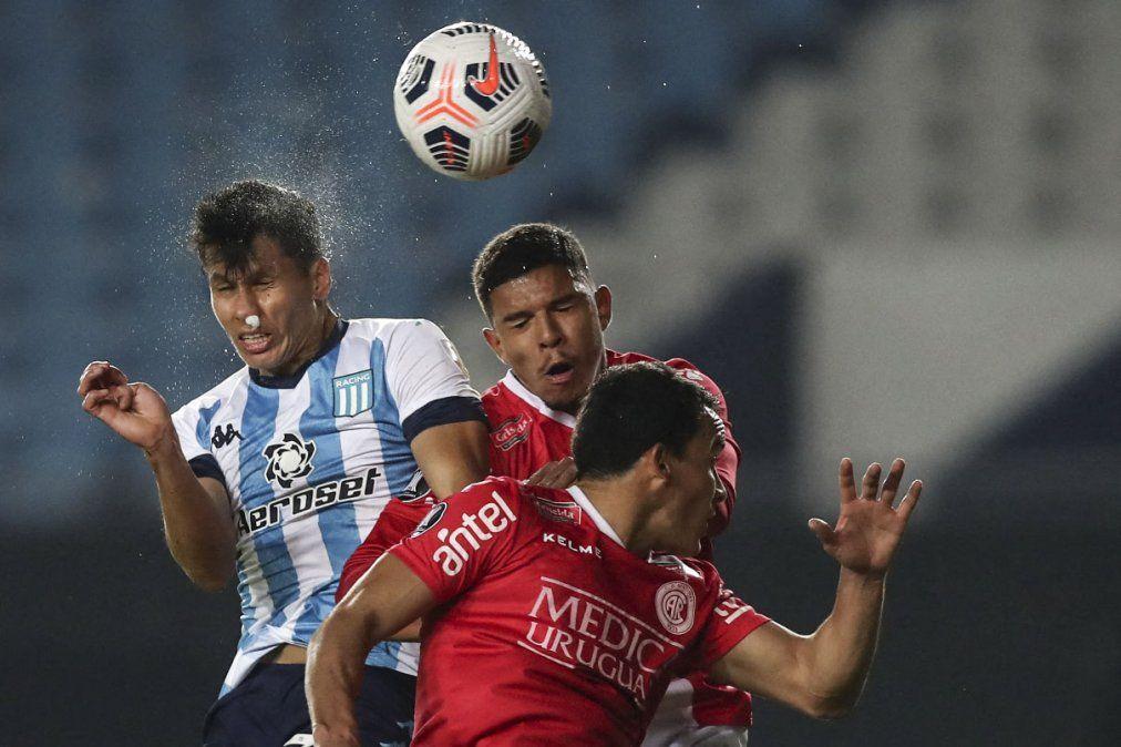 Leo Sigali y Mario García disputan una pelota para Rentistas en Avellaneda. El equipo uruguayo mostró entusiasmo a pesar de esta eliminado.