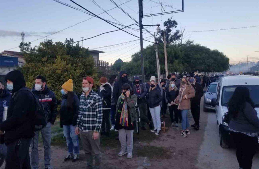Largas colas en Paso Carrasco y quejas de vecinos: 540 personas se vacunaron hoy con Pfizer