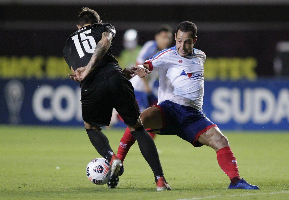 Yonathan Rak disputa el balón con Rodriguinho en el partido jugado anoche en Brasil