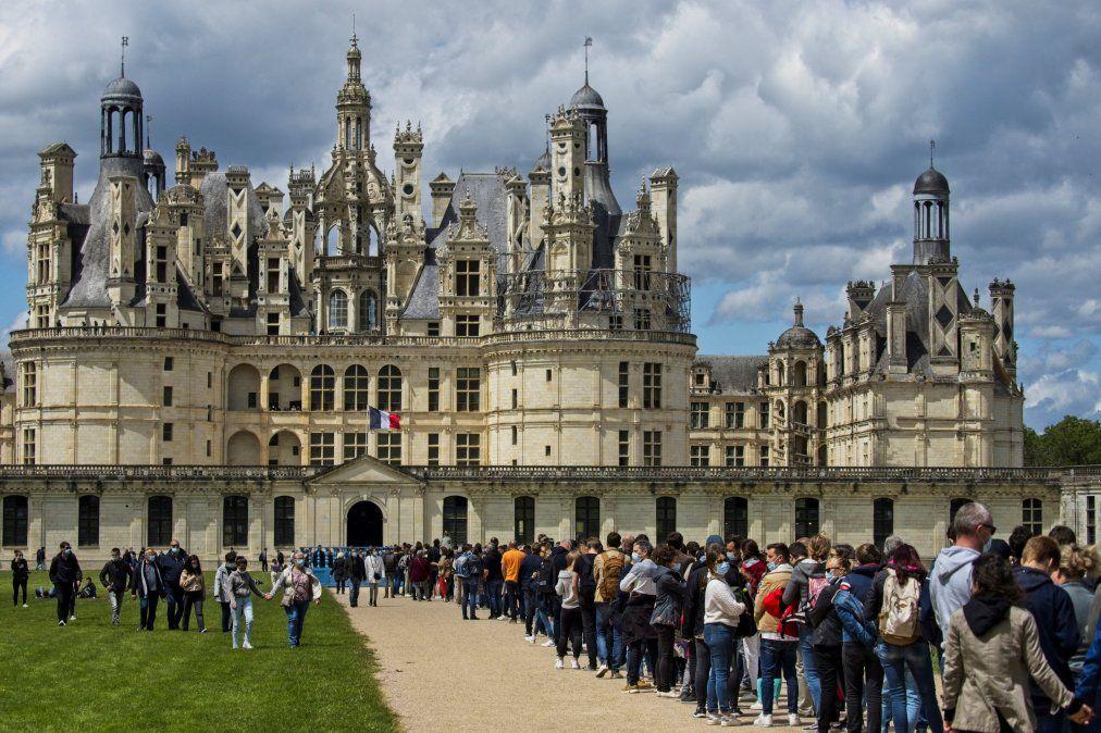 Los visitantes hacen cola fuera del castillo de Chambord