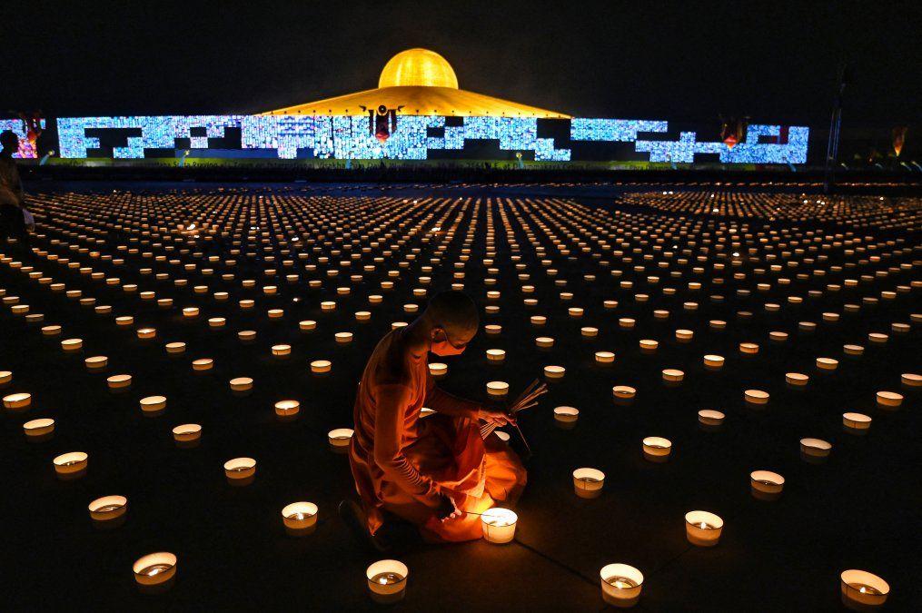 Un monje budista enciende velas para conmemorar el Día de Visakha Bucha o el Día de Vesak