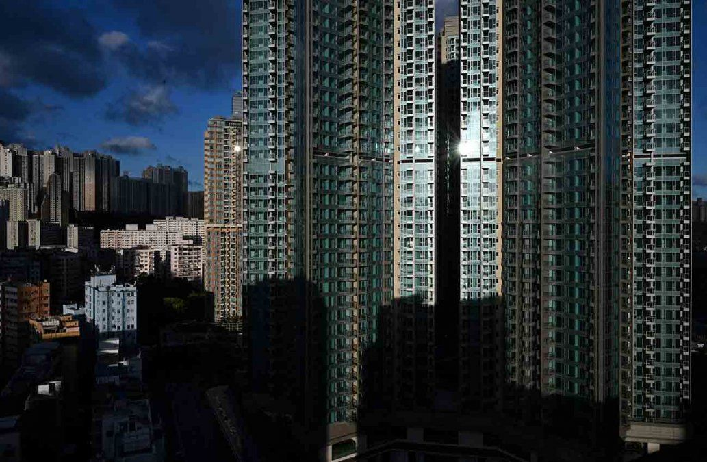 La fachada del rascacielo en Hong Kong que se sortea en una rifa para promover la vacunación