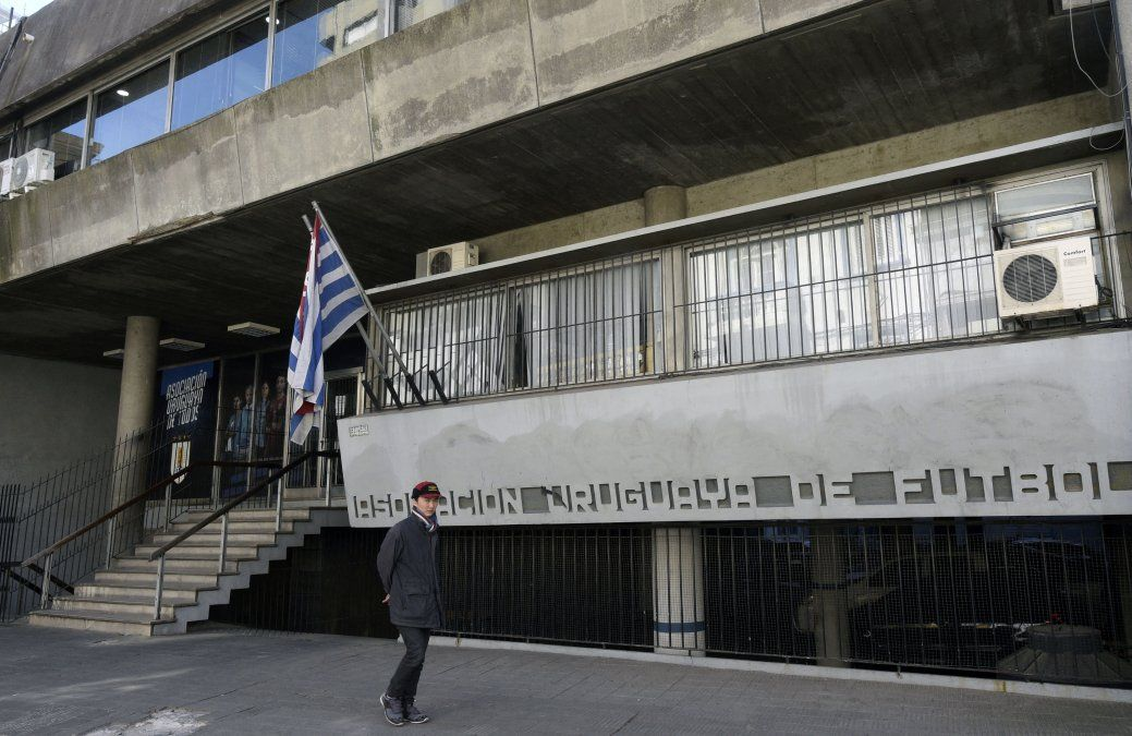 Seis federaciones de fútbol aceptaron vacunas donadas por Sinovac a Conmebol a instancias de Uruguay