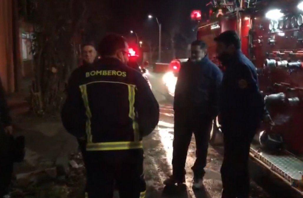 Incendio en residencial terminó con 3 funcionarios en el hospital