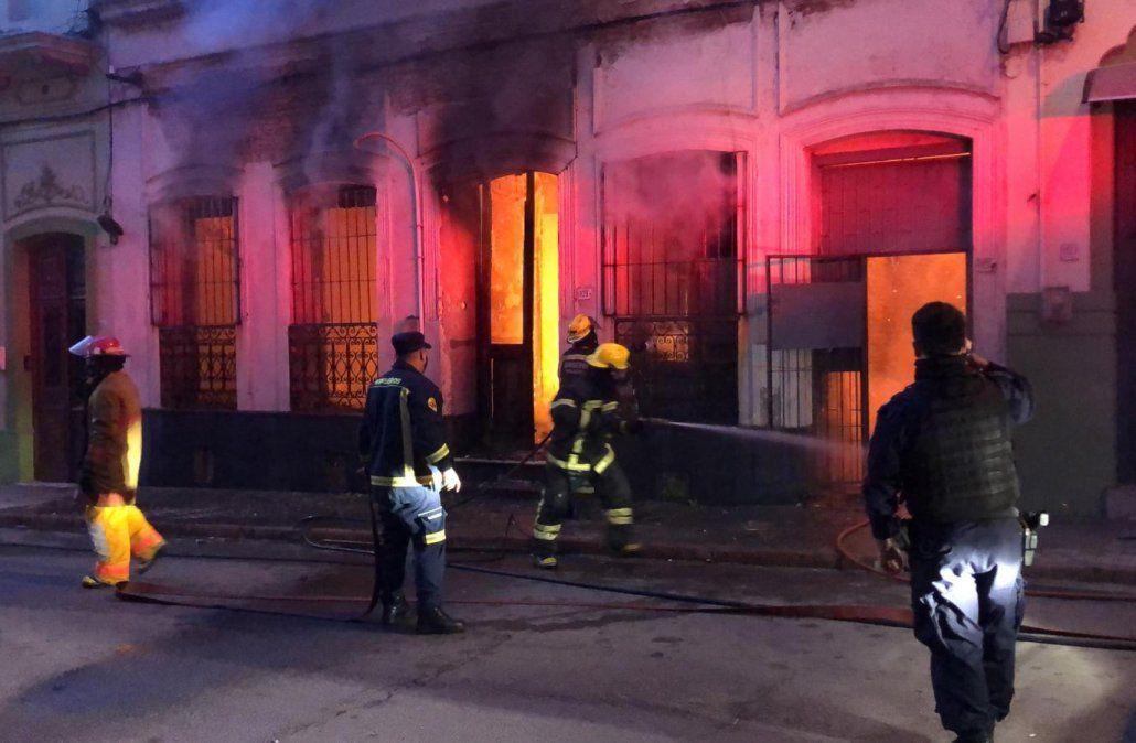 Importante incendio en una casa sobre la calle Isla de Flores