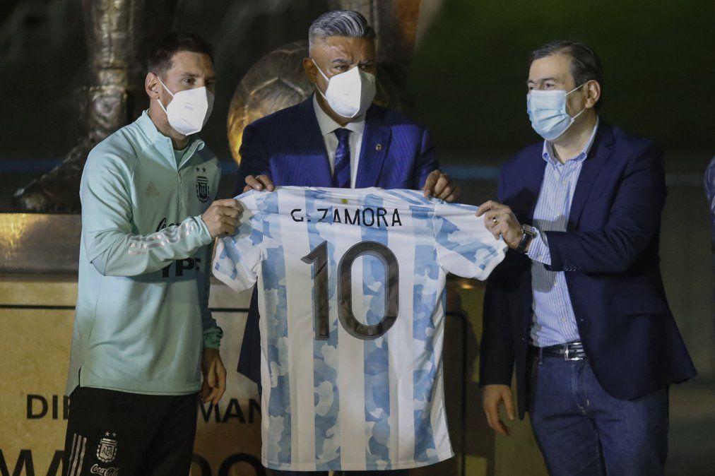 Lionel Messi con Chiqui Tapia