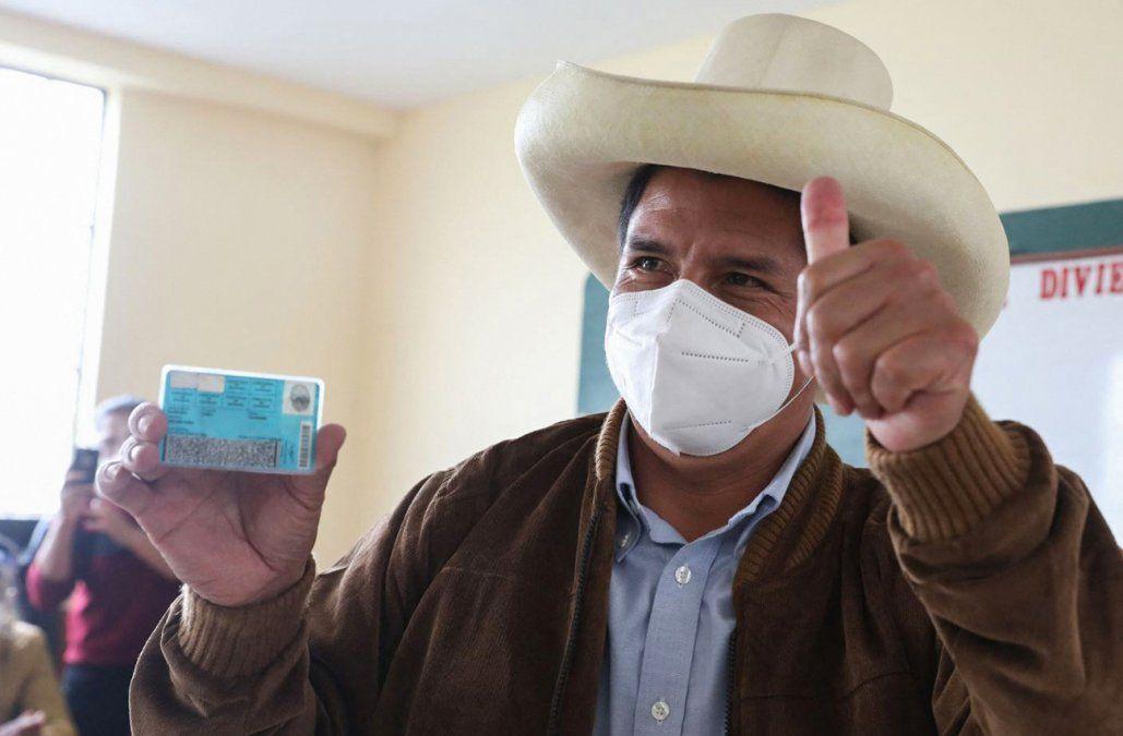 Pedro Castillo pasa a liderar escrutinio en Perú pero la tendencia puede variar
