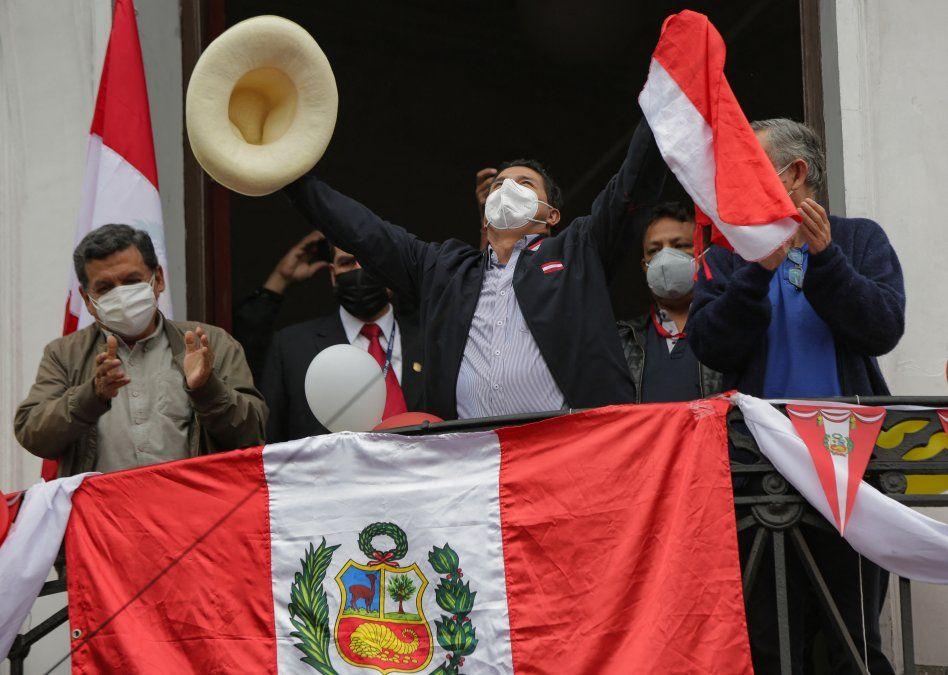 Castillo salud a a sus adherentes en Lima