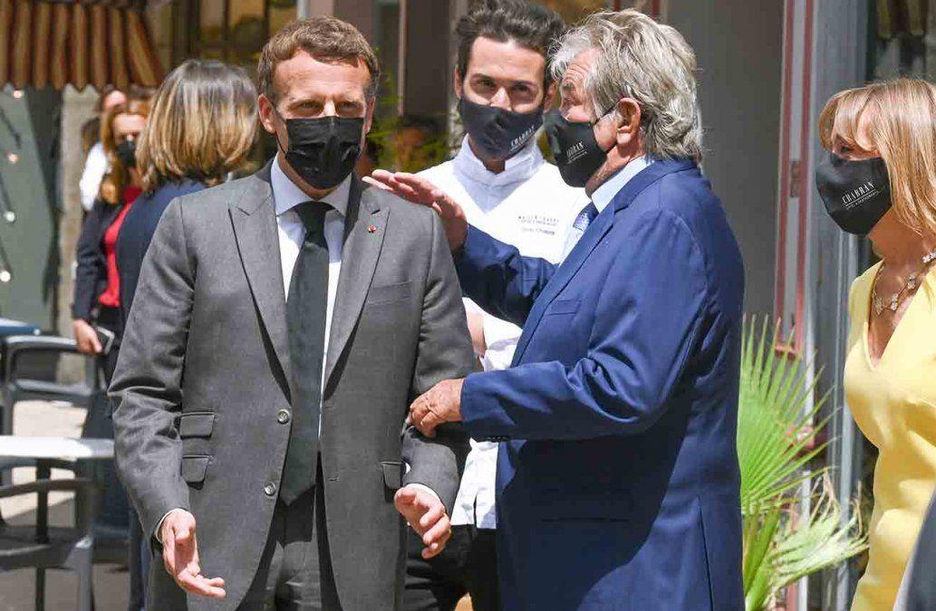 Un hombre abofetea a presidente francés durante visita al sureste del país