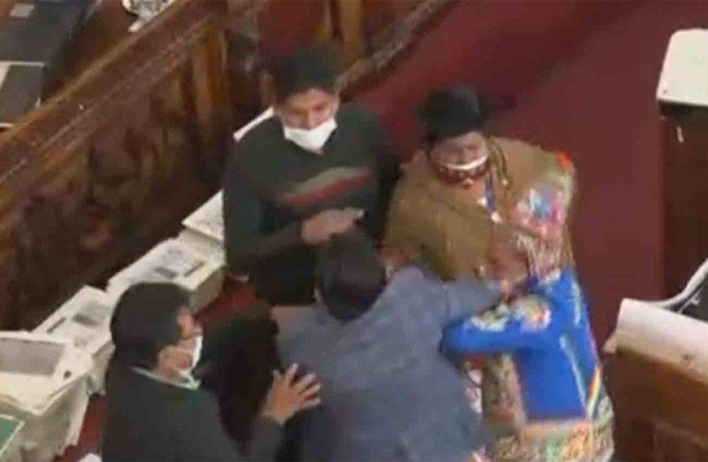 Patadas y puñetazos en el Congreso de Bolivia